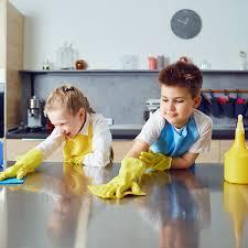 Initier les enfants au ménage et à la propreté