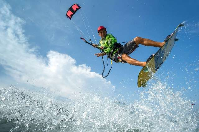 Apprendre le kitesurf en intégrant une école spécialisée